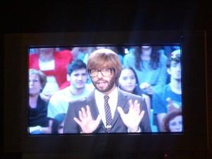 Zeigt einen Moderator einer Gameshow im spansichen TV