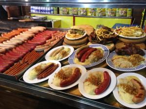 Das Bild zeigt verschiedenen typische deutsche Tellergerichte beim Oktoberfest in Valencia (Spanien)