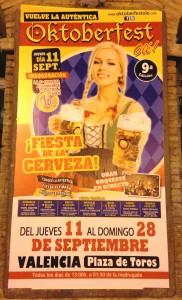 Das Bild zeigt das Poster vom Oktoberfest in Valencia mit typerscher blonder großbusiger Frau