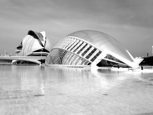 Das Bild zeigt zwei Gebäude der Stadt der Künste und der Wissenschaften in Valencia