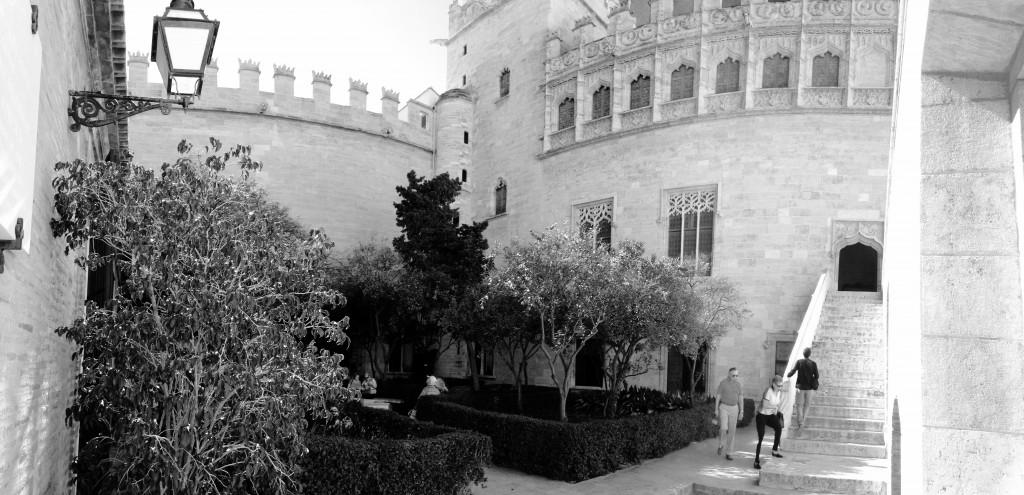 Der Gartenbereich der Lonja in Valencia