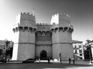 Das Bild zeigt die mächtigen Torres de Serranos in Valencia