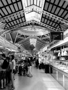 Ein Bild eines langen Ganges in der Markthalle