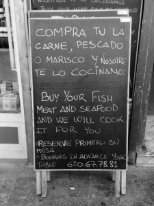 Das Menü eines Restaurants auf Englisch und Spanisch