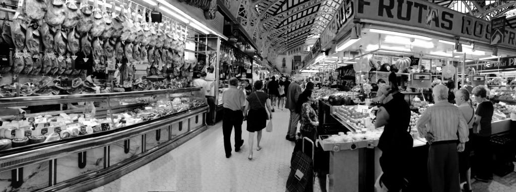 Links Schinken-, rechts Gemüsestand im Mercado Central - Die Markthalle in Valencia
