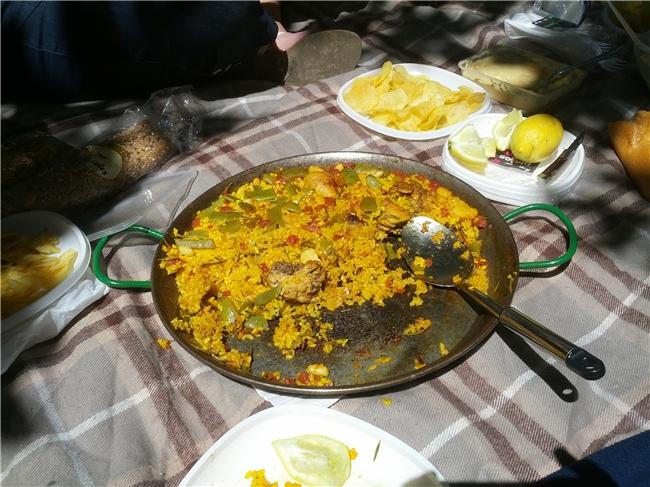 Eine halb aufgegessene Paella Valenciana